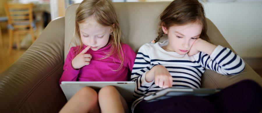 To piger læser bøger på tablet