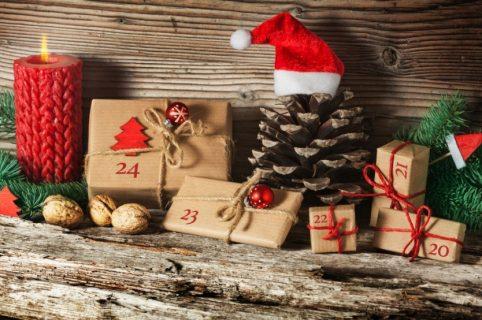 Hyggeligt julefoto af en pakkekalender