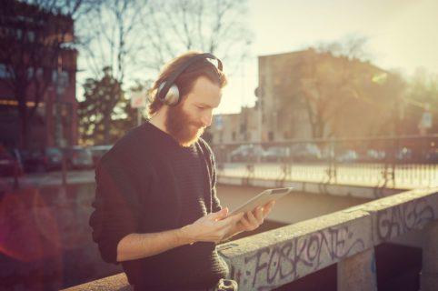 Lytter til musik og læser musikmagasin